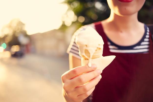 アイスクリームの休暇を食べる夏の屋外の女性
