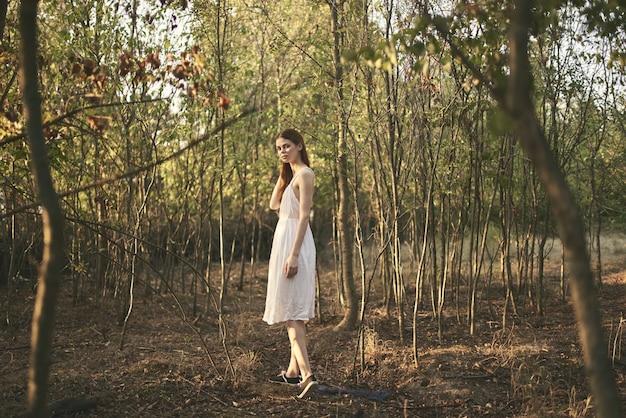 숲 나무 여름 흰 드레스 야외에서 여자