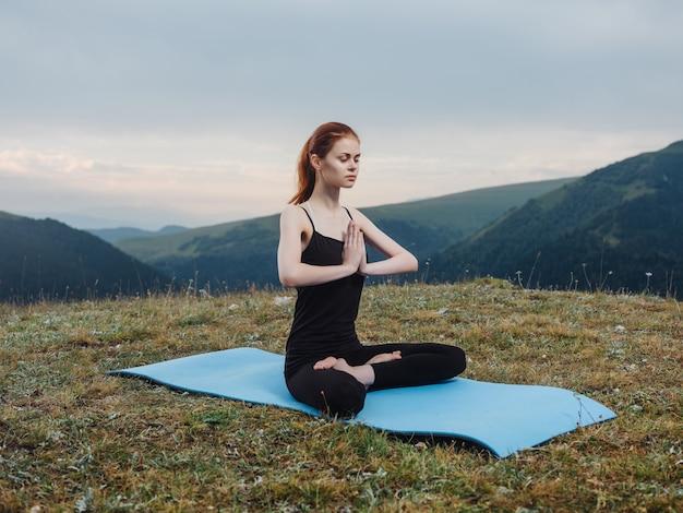 山の瞑想運動ヨガ新鮮な空気の屋外の女性 Premium写真