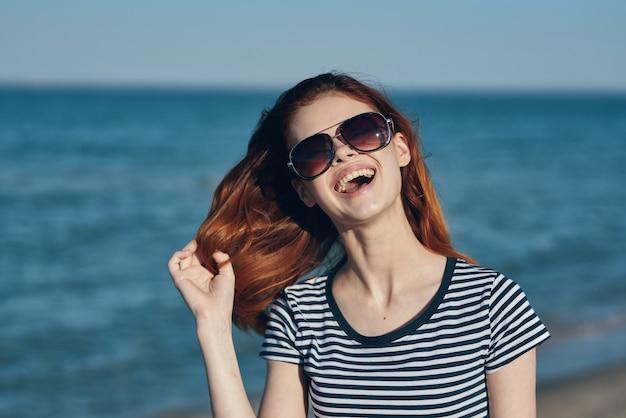 女性屋外風景山太陽海。高品質の写真