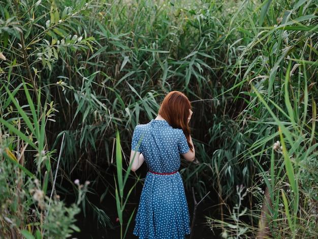 푸른 잔디와 백그라운드에서 강 근처 야외에서 여자
