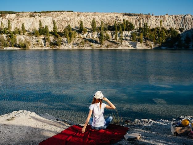 Женщина на открытом воздухе у реки отдых прогулка летний туризм