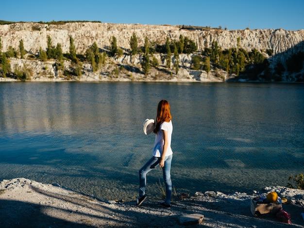 Женщина на открытом воздухе на берегу реки отпуск путешествия приключение