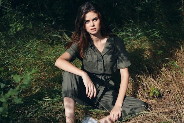 여자 야외 잔디 녹색 바지 신선한 공기에 앉아