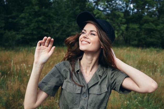 女性屋外笑顔見上げる笑顔新鮮な空気自然旅行