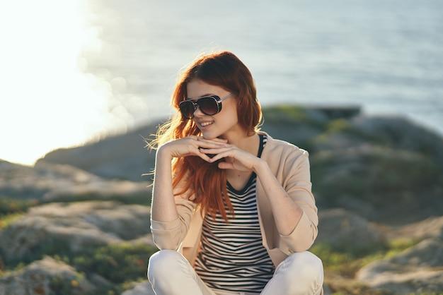 女性屋外夏の風景太陽海の自然