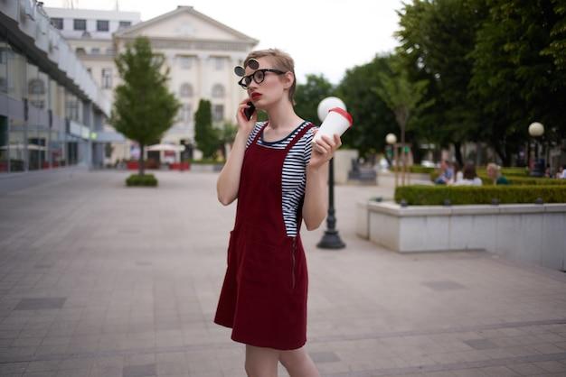 電話で屋外で話している女性は、ライフスタイルを歩きます