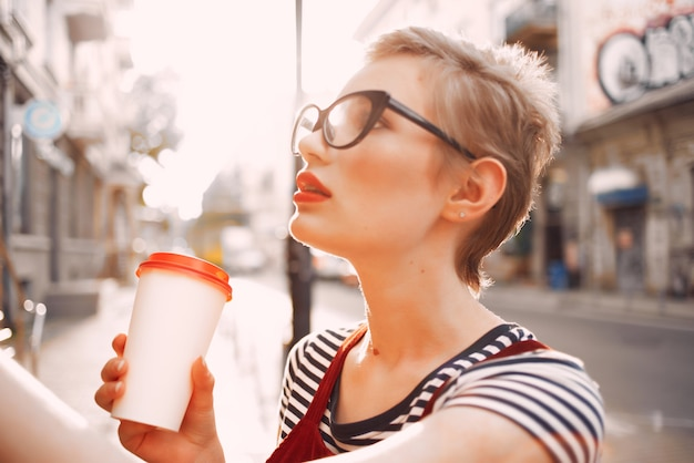 女性屋外散歩休暇夏のコーヒーカップ