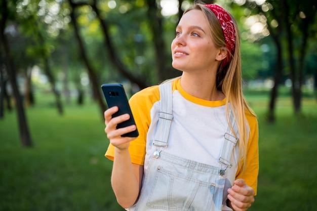 スマートフォンで屋外の女性