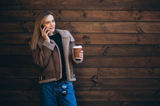 Женщина снаружи на деревянной предпосылке