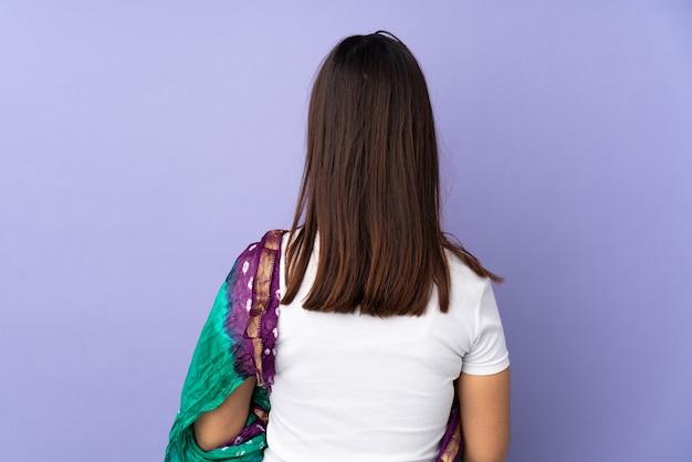孤立した背景上の女性