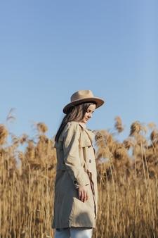 葦と青い空の上の女性