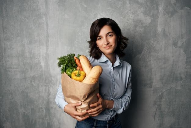 식료품 야채와 여성 패키지