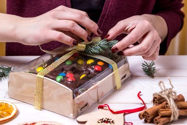 クリスマスケーキボックスを梱包する女性