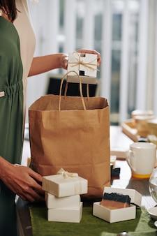 石鹸を梱包する女性