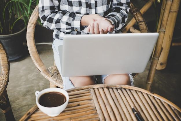 Женщина болезненный палец из-за длительного использования клавиатуры и мыши.