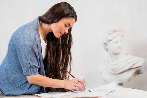 Картина женщины в художественной студии