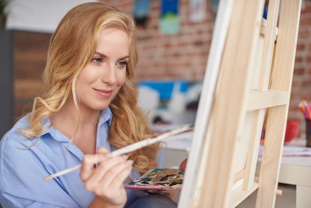 アーティストスタジオで絵を描く女性