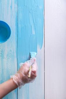 파란색 페인트 브러시 나무 보드와 그림 여자