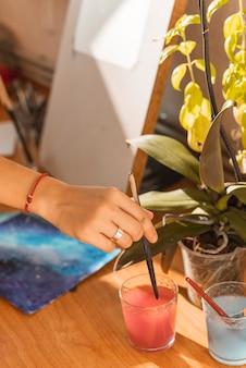 スタジオで水彩画を持つ女性の絵画