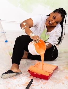女性が壁を塗る