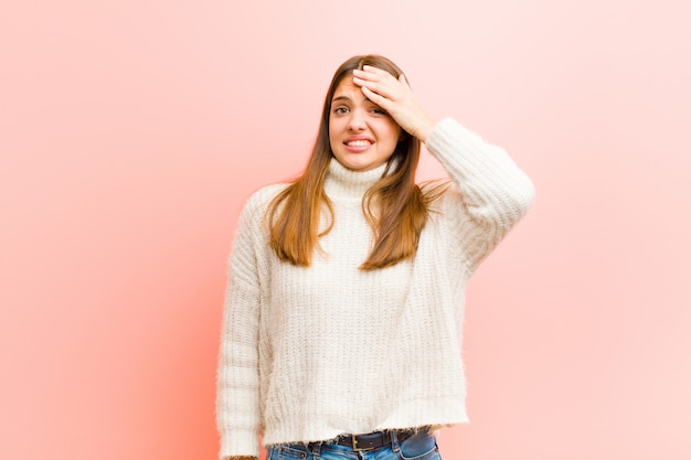Женщина, паникующая из-за забытого срока, чувствующая стресс, вынужденная скрывать беспорядок или ошибку