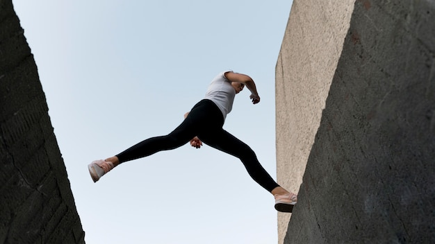 Женщина паркует над зданиями