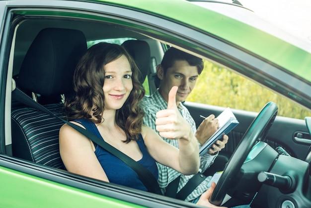 自動車学校で試験に合格した女性