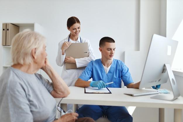医師の予約時の女性患者と病院の診察中の看護師