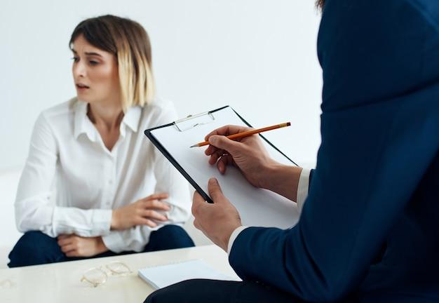 심리학자와 함께 리셉션에 있는 여성 환자는 치료 스트레스 상담을 돕습니다.