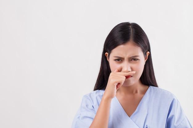Пациент женщина простужается, насморк