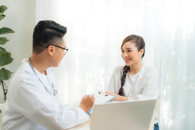 産科の医師または精神科医と相談する女性患者