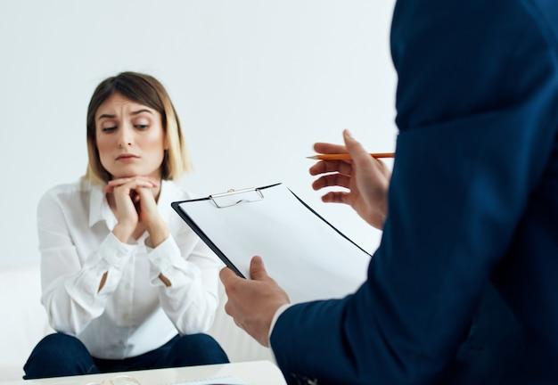 Пациент женщина сидит с психологом проблемы расстройство депрессия