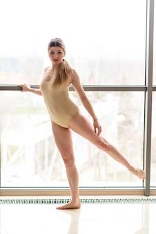 Женщина исполняет танец у окна