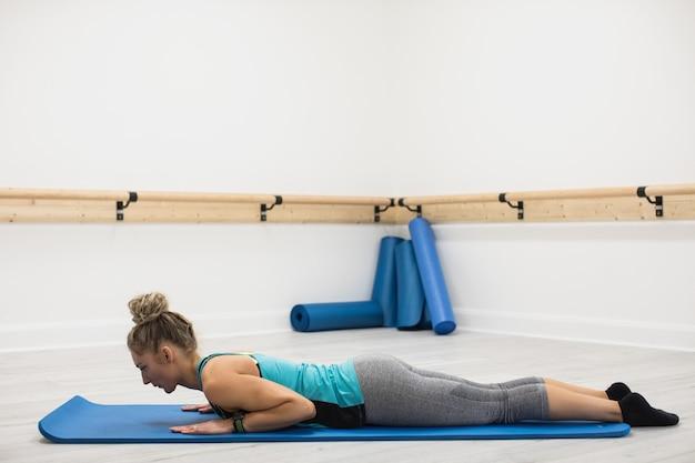 Donna che esegue esercizio di stretching
