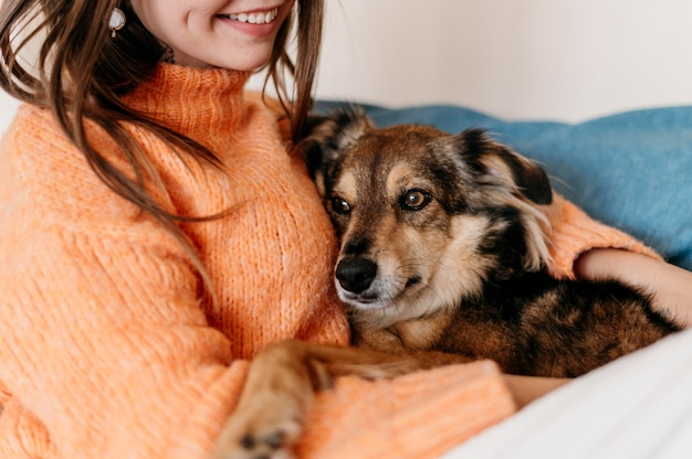 愛らしい犬をかわいがる女