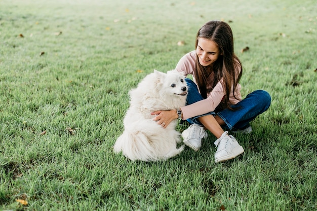 여자 쓰다듬어 사랑스러운 개