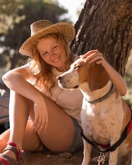 Женщина гладит свою милую собаку