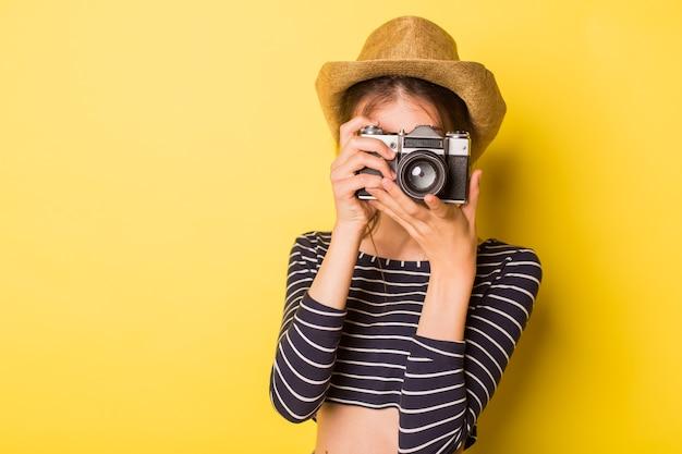 노란색 배경에 여자 사진 작가 아름다움 백인 갈색 머리 어린 소녀