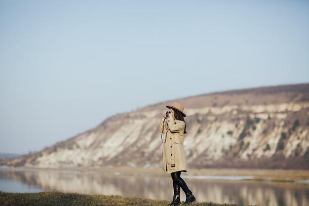 Женщина-фотограф фотографирует в горах