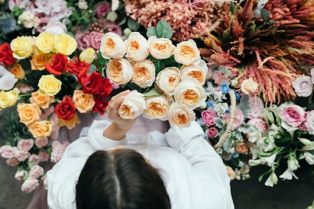 いくつかのロマンチックなブブゼラのバラを拾う女性