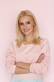 Donna in abito rosa
