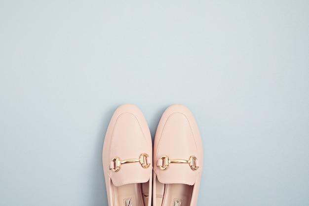 파란색 벽에 여자 핑크 파스텔 신발입니다. 패션 블로그, sprind 및 여름 도시 스타일, 온라인 shpping. 최소 평면 위치, 평면도, 복사 공간