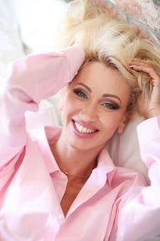 Donna in camicia rosa