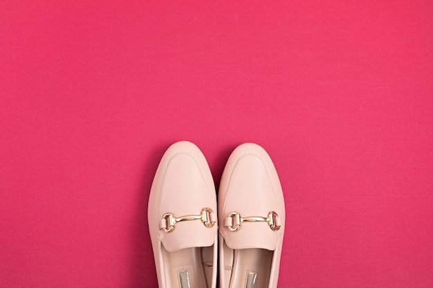 女性ピンクの靴アーバンスタイルフラットレイ