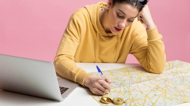 Женщина планирует новую поездку