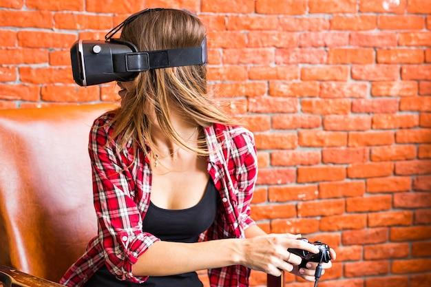 여자는 조이스틱과 vr 장치로 비디오 게임을 합니다.