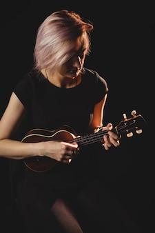 Женщина играет на гитаре