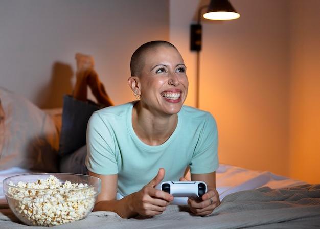 彼女のコンソールでビデオゲームをしている女性