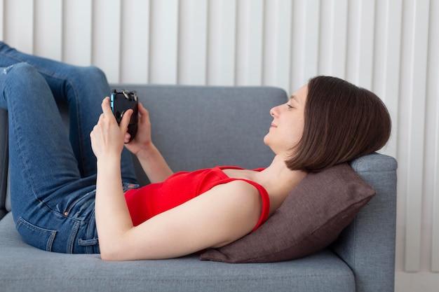 Женщина играет в видеоигру дома